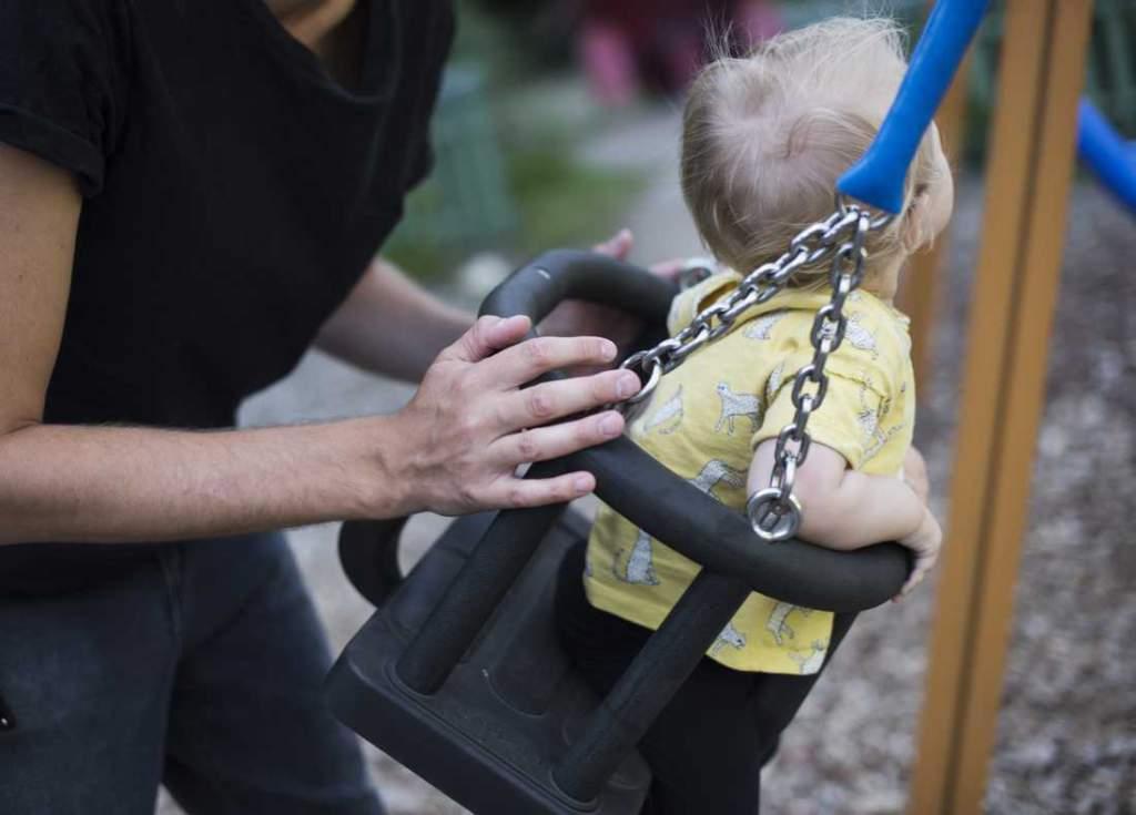 """<a href=""""https://www.aftonbladet.se/family/a/Xgaz7E"""">Nya lagen: Bonusföräldrar får rätt att vara lediga med partnerns barn </a>"""