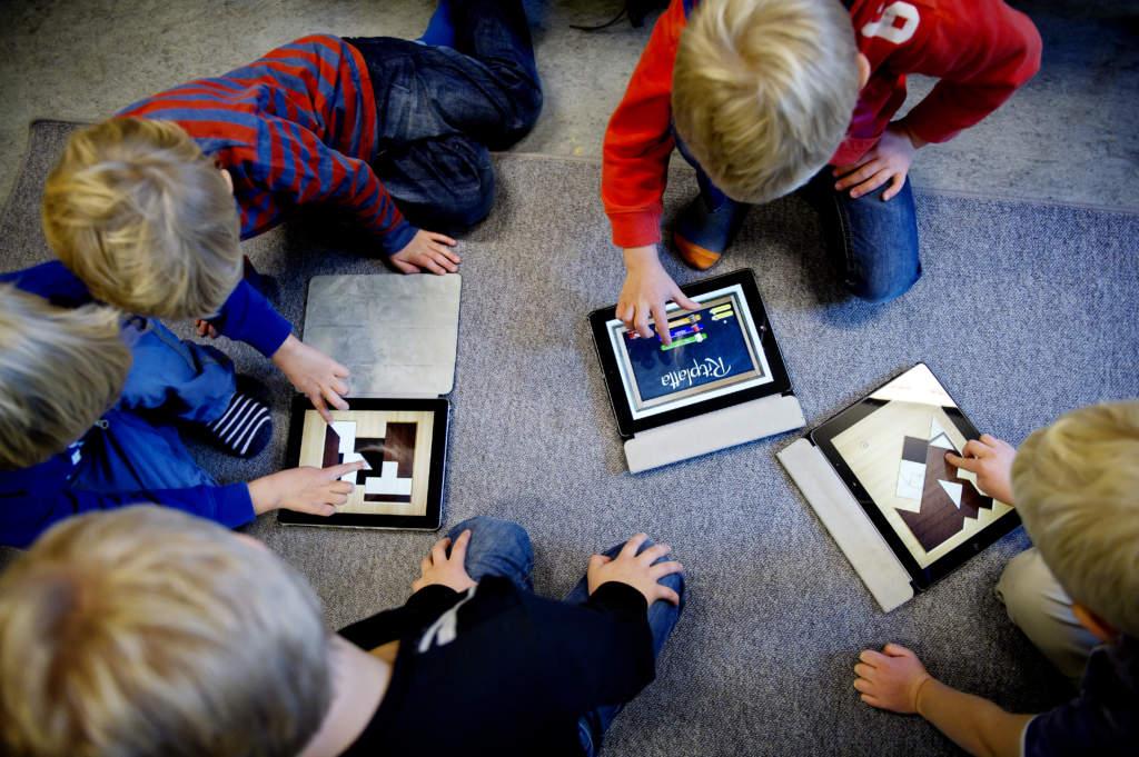 """<a href=""""https://www.aftonbladet.se/family/a/RRapE5"""">Barnläkaren varnar för digitala verktyg  i förskolan: """"Ett gigantiskt experiment""""</a>"""
